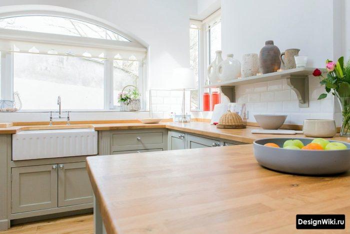 Кухня с окном и открытыми полками сверху