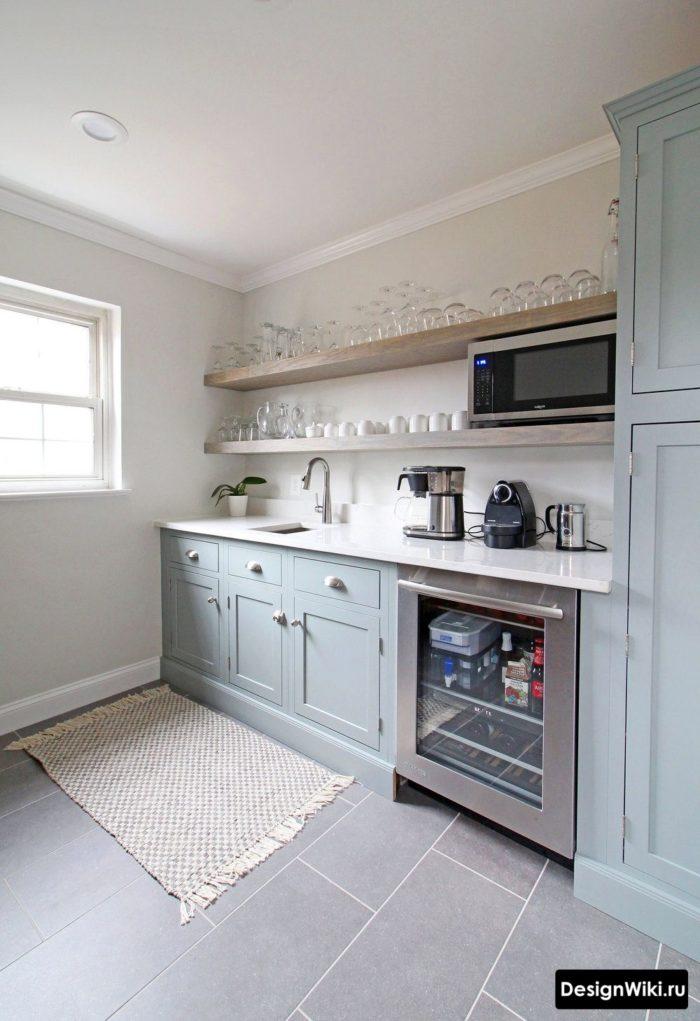 Кухня с открытыми полками с бокалами на них