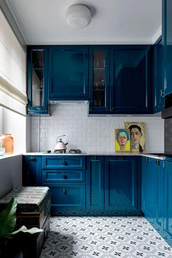 Маленькая кухня с глянцевыми синими фасадами с фрезеровкой