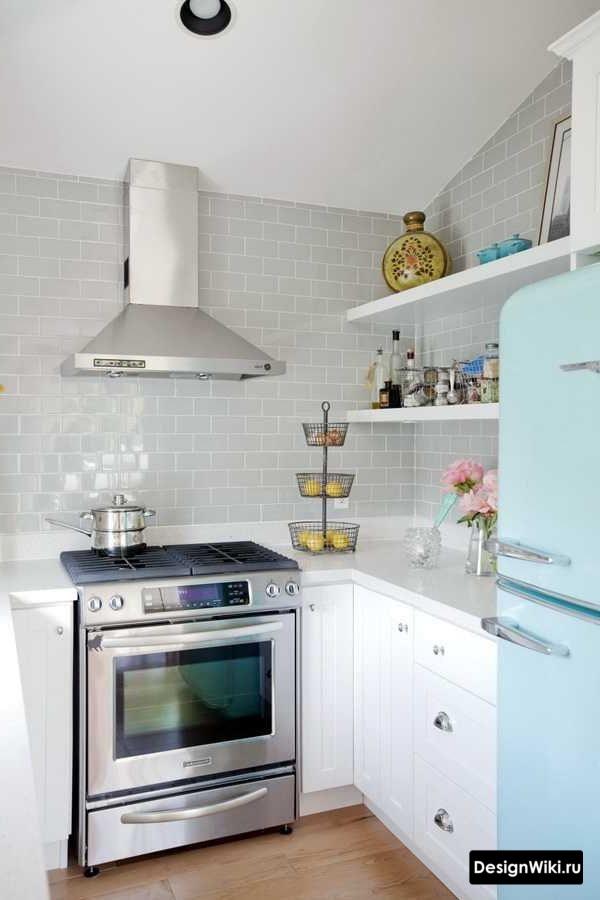Маленькая угловая кухня с полками вместо шкафов