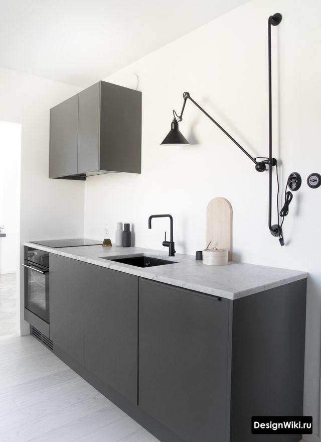 Настенный регулируемый светильник на штанге в кухне без верхних шкафов