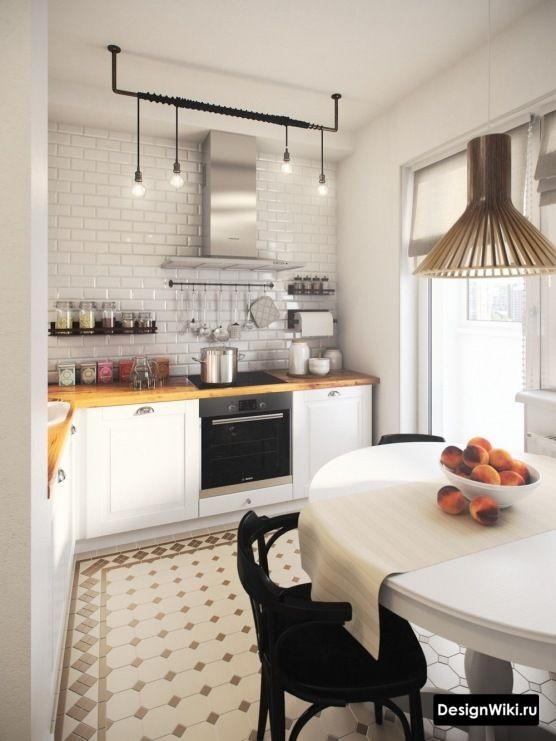 Небольшая белая кухня с открытыми полками