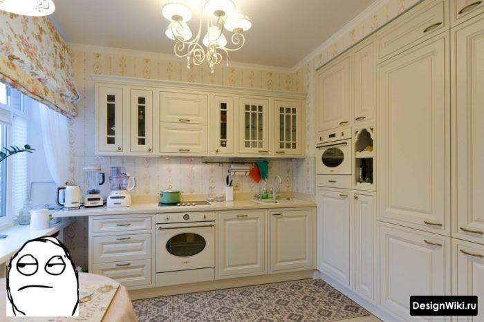 Небольшая кухня в стиле современная классика с бежевыми обоями