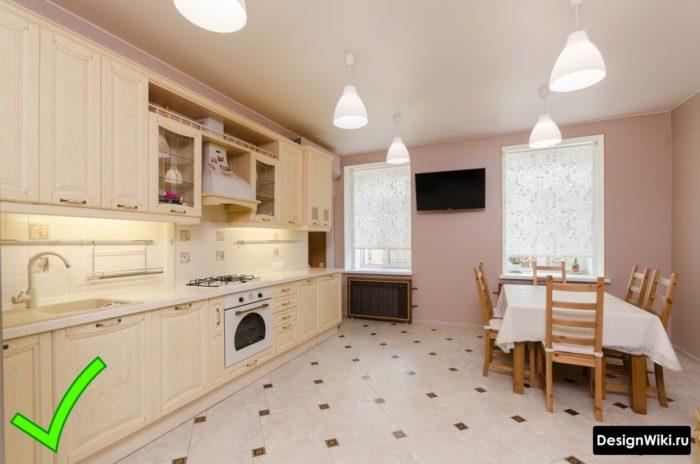 Обои бледно-розового цвета в интерьере классической кухни