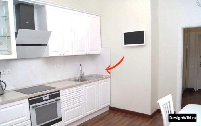 Обои на перпендикулярной кухне стене возле мойки