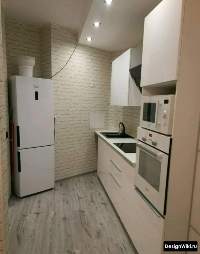 Обои с имитацией белого кирпича на всех стенах кухни