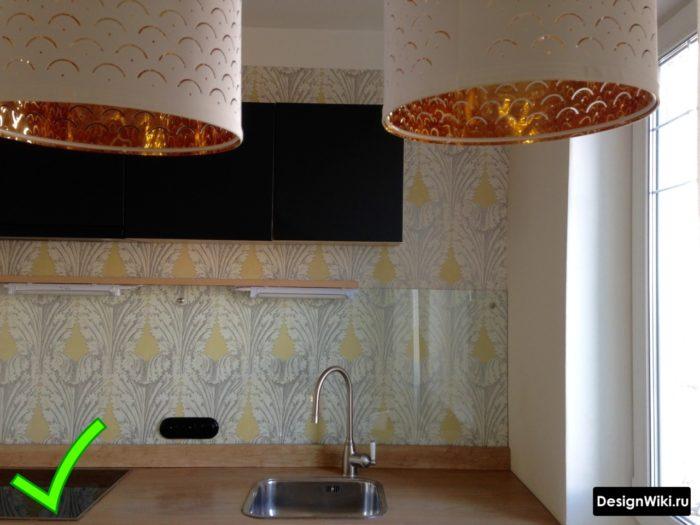 Обои с серо-желтым узором за стеклом на фартуке кухни