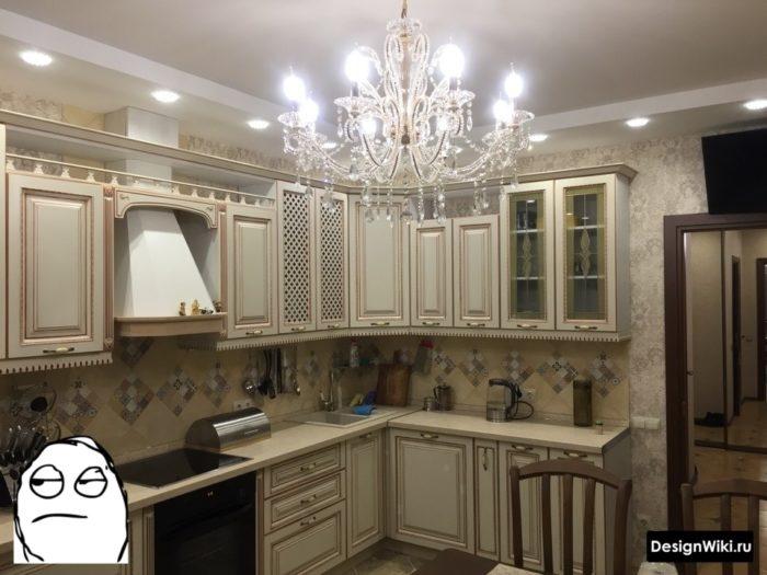Обои с узором в маленькой классической кухне