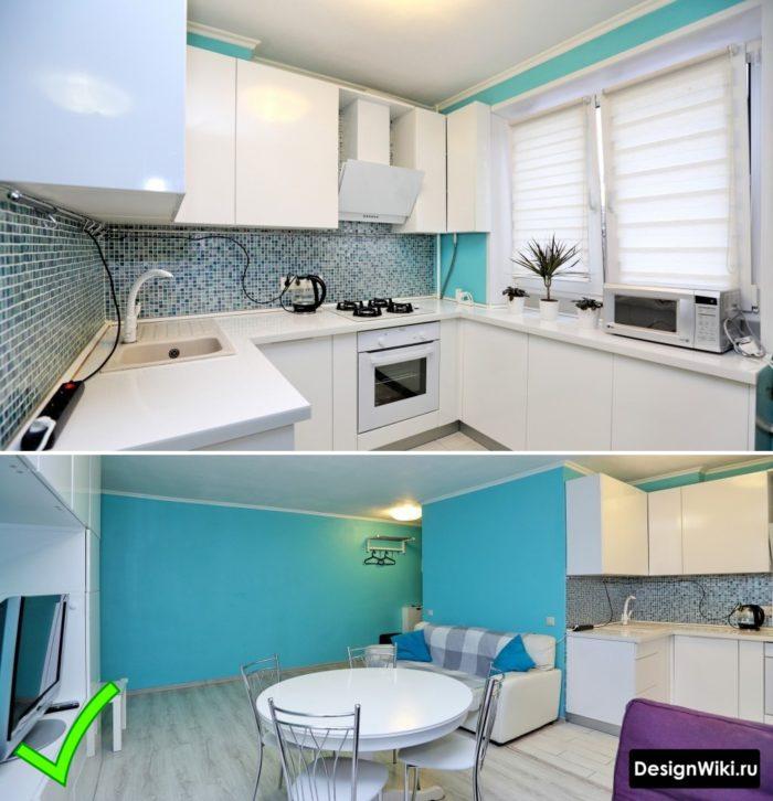 Одноцветные голубые обои для современной белой глянцевой кухне