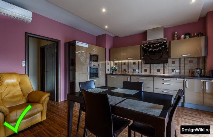 Одноцветные моющиеся фиолетовые обои в современной кухне