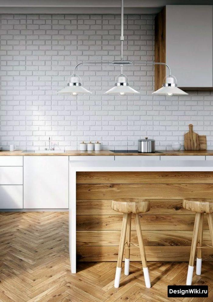 Отделка рабочей стены кухни белым декоративным кирпичом