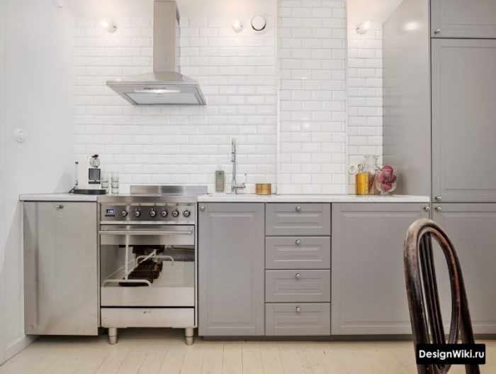 Отделка рабочей стены кухни белым кабанчиком