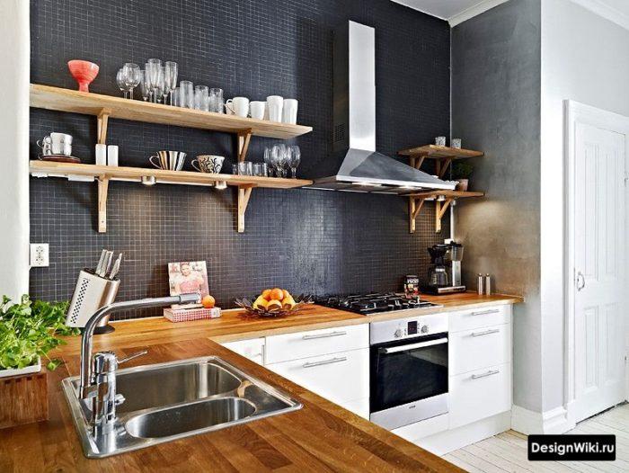 Открытые деревянные полки вместо навесных шкафов на кухне