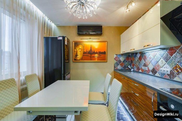 Оформление акцентной стены кухни простыми обоями и картиной