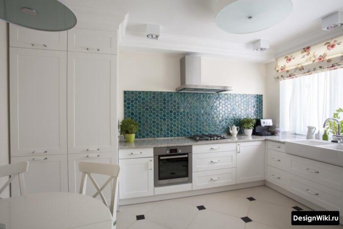 Пенал со встроенным холодильником в угловой кухне без верха