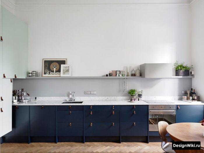 Полка вместо навесных шкафов на кухне в скандинавском стиле