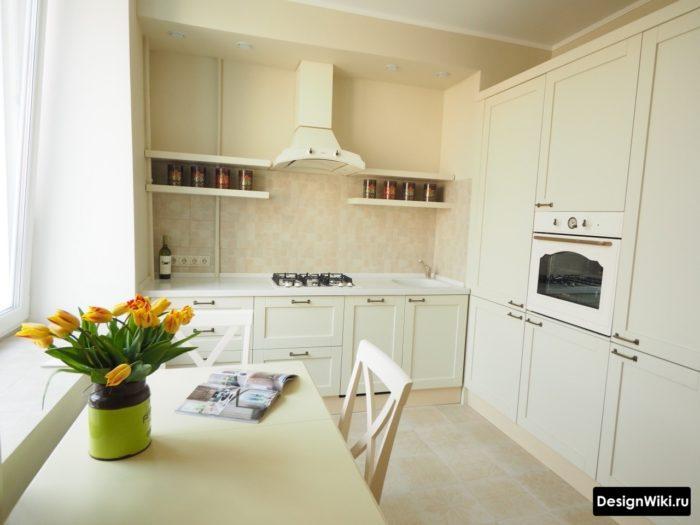 Полка с баночками на кухне вместо шкафов