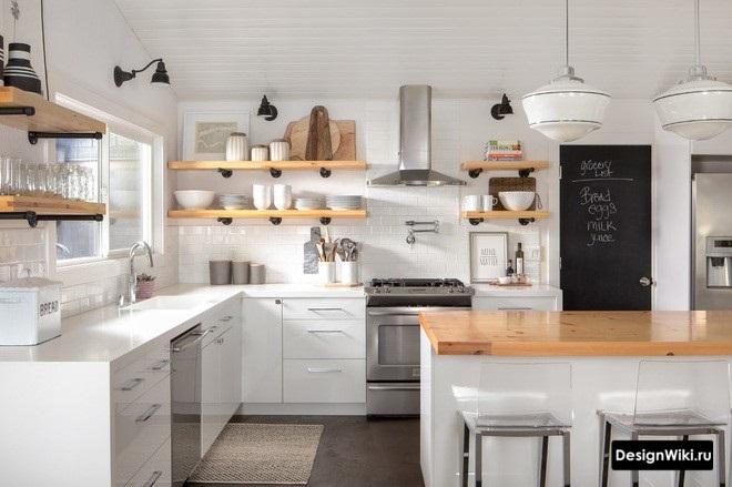 Полки из дерева на металлических ножках на кухне