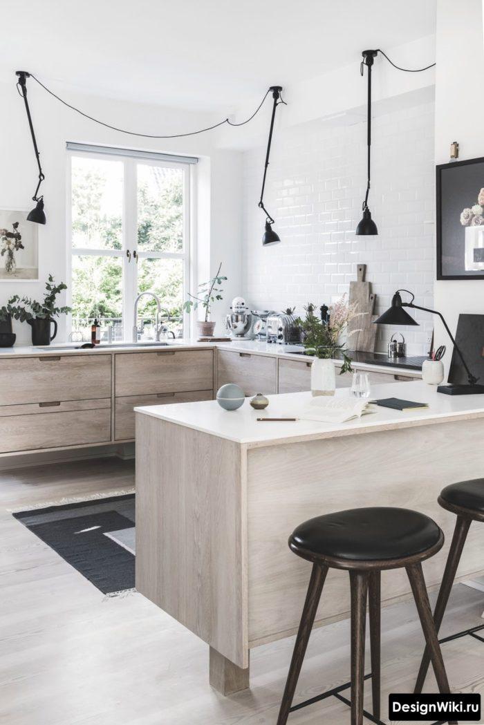 Потолочные направленные светильники в кухне без навесных шкафчиков