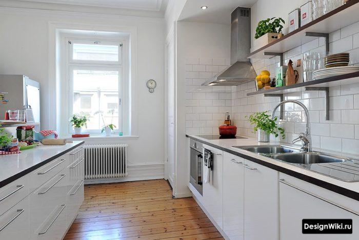 Простой дизайн кухни с островом без верхнего ряда шкафов