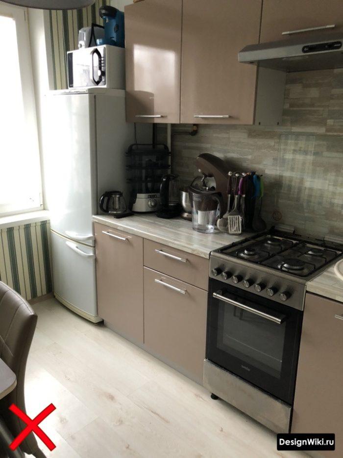 Свело-коричневая кухня с обоями в полоску