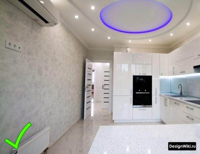 Светло-серые обои с лёгкой текстурой для белой кухни