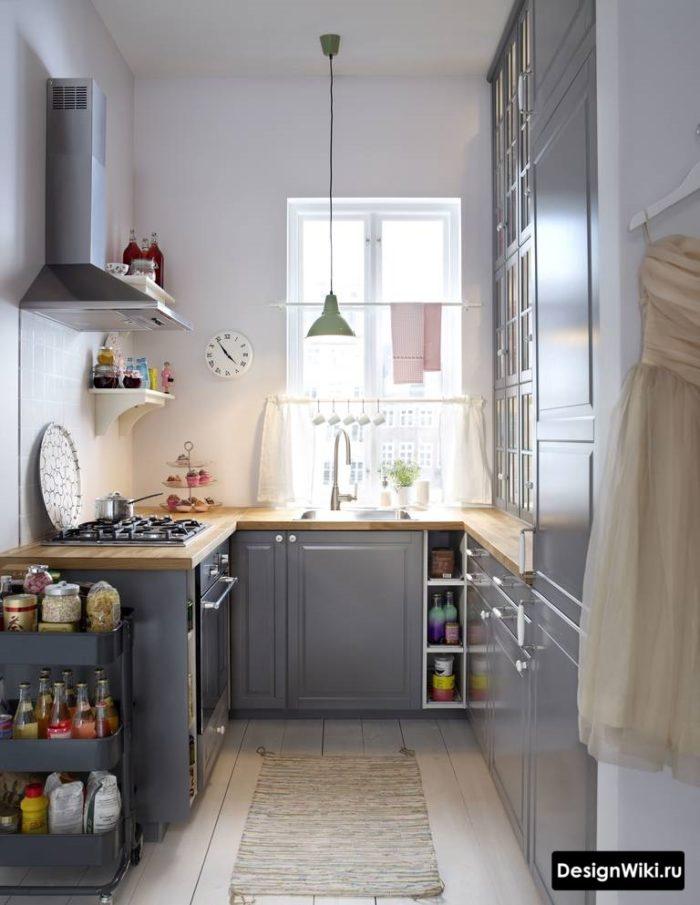 Серая П-образная кухня с пеналом и полками на другой стене