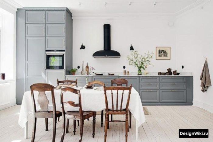 Серая кухня без верхних шкафов с пеналом для техники