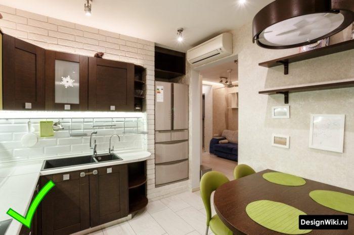Серые моющиеся обои в интерьере современной кухни