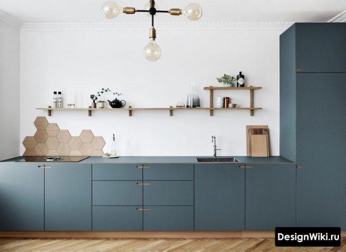 Синяя кухня с открытыми полками и пеналом возле стены