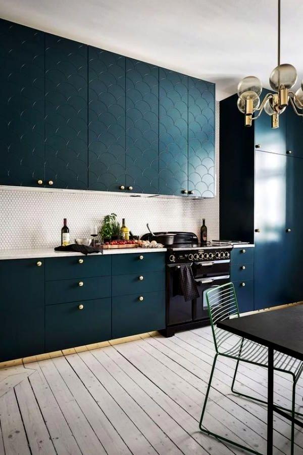 Синяя кухня с 3д дверцами шкафов