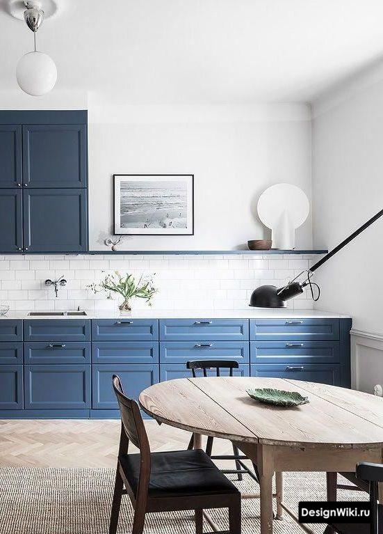 Синяя кухня частично без шкафов сверху