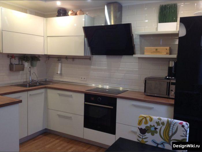 Современная белая кухня с полками с одной стороны и шкафами с другой