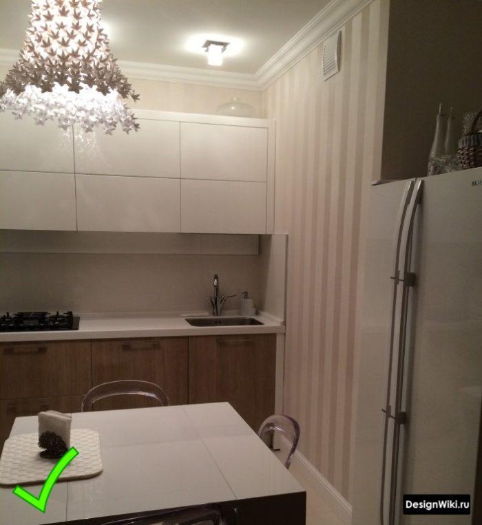 Современные обои с вертикальной полоской на кухне