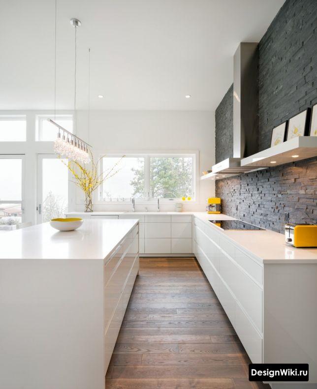 Современный дизайн кухни в доме без навесных ящиков