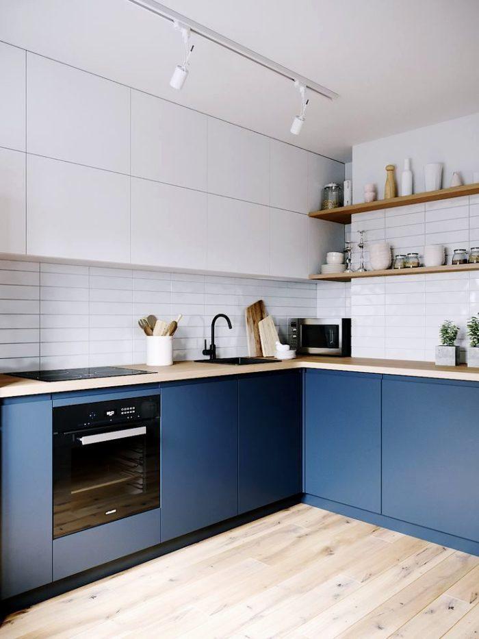 Современный дизайн кухни на 2 стороны в сочетании белого и синего