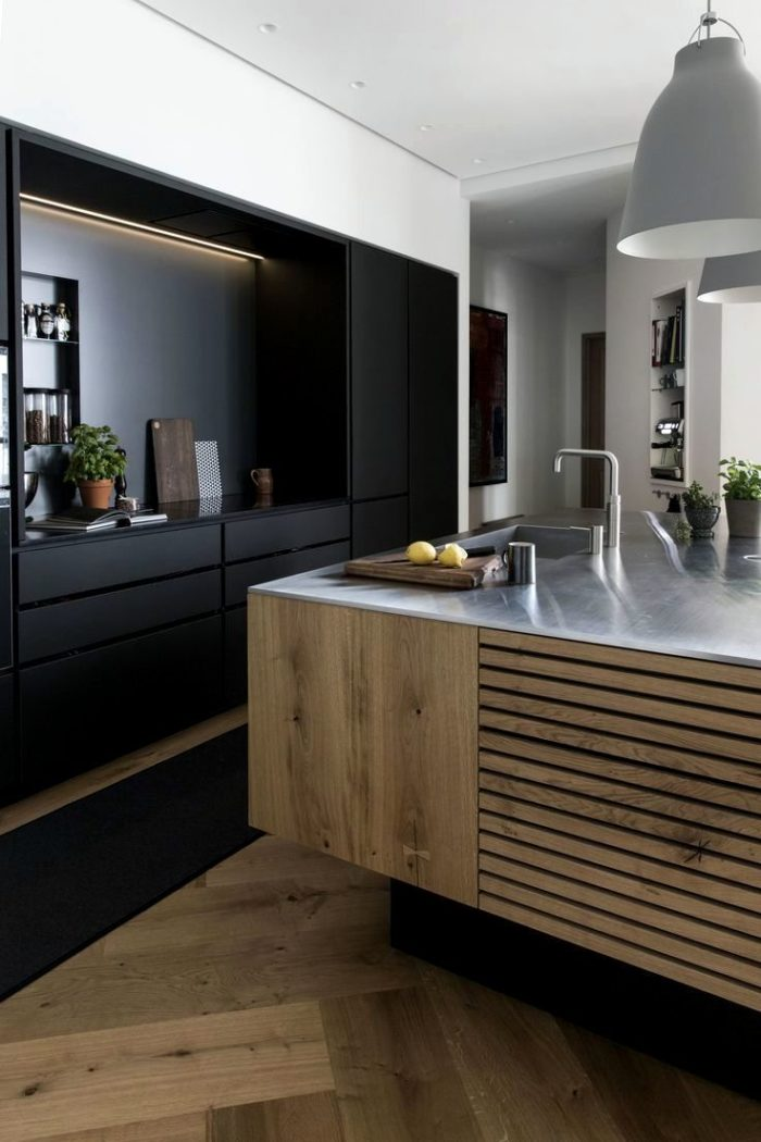 Современный дизайн кухни с отделкой мебели деревянными рейками