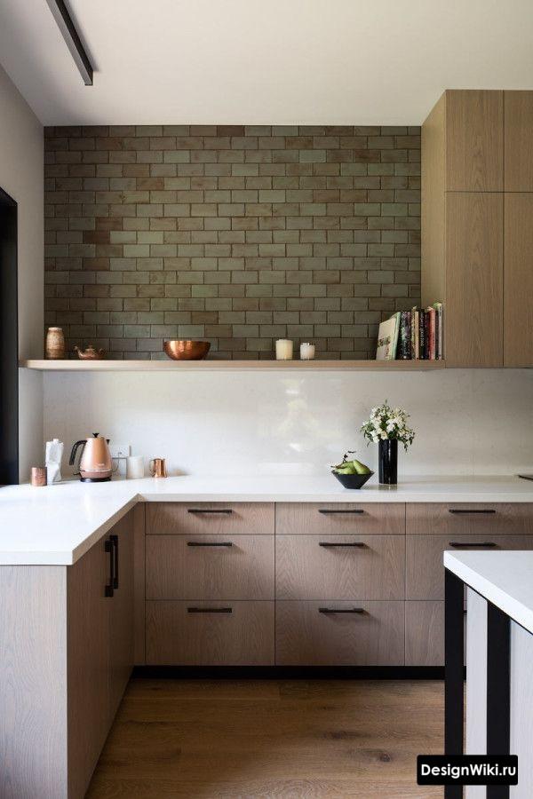 Сочетание навесных шкафов и открытых полок на кухне