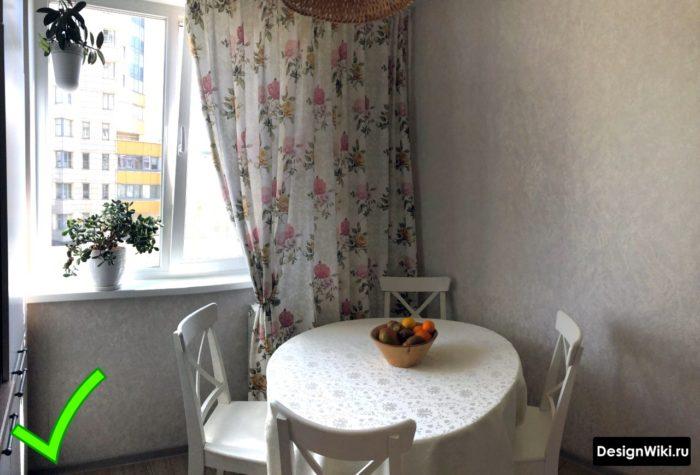 Сочетание обоев и штор в маленькой кухне в стиле прованс