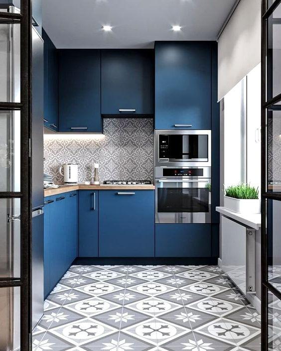 Сочетание серых узоров и тёмно-синего цвета в дизайне кухни