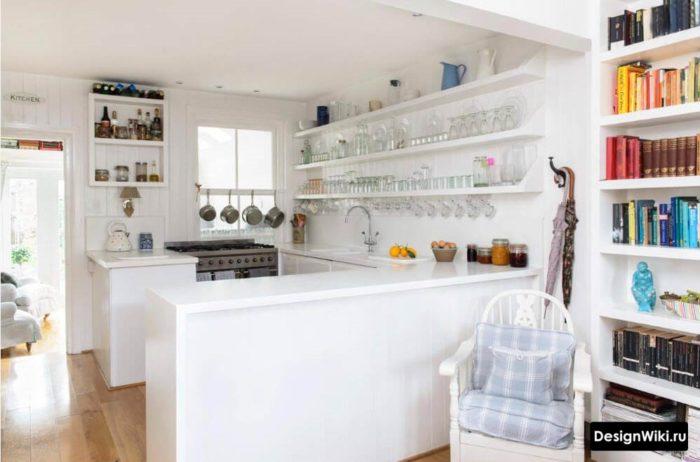 Стеклянные бокалы на открытых полках кухни