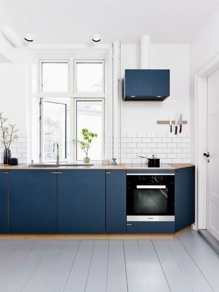 Тёмно-синяя мебель на кухне