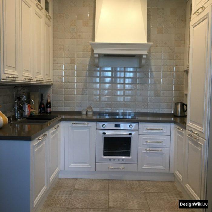 Угловая кухня в классическом стиле без верхних шкафов с одной стороны