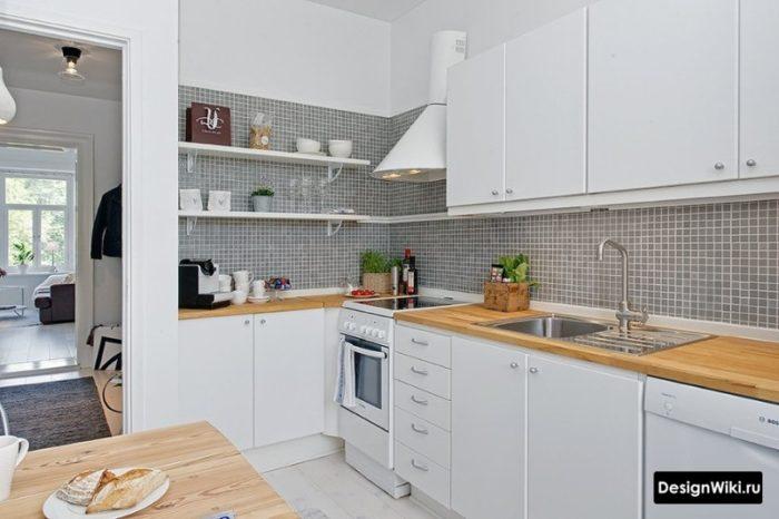 Угловая кухня с полками с одной стороны
