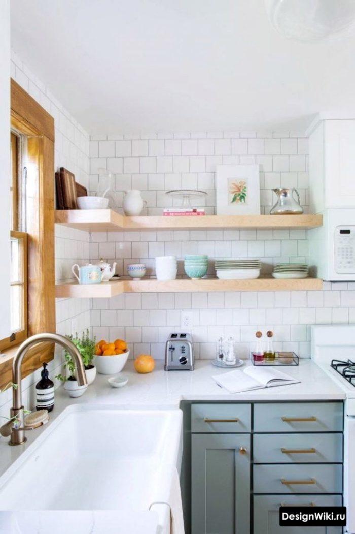 Угловые открытые полки на кухне