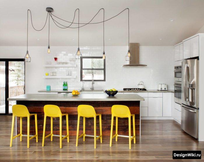 Фартук из белых глянцевых кирпичиков до потолка кухни без навесных шкафов