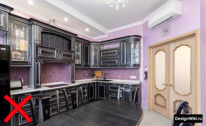 Фиолетовые обои на черной кухне в классическом стиле