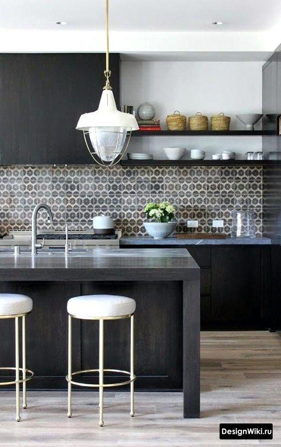 Черная кухня с навесными шкафами и открытыми полками