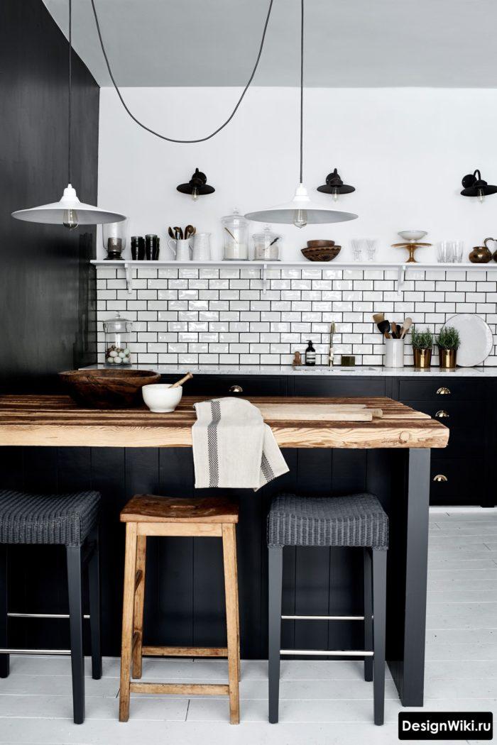 Черно-белая кухня с барной стойкой без верхних ящиков