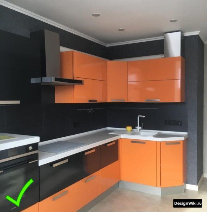 Черные моющиеся флизелиновые обои в оранжевой кухне